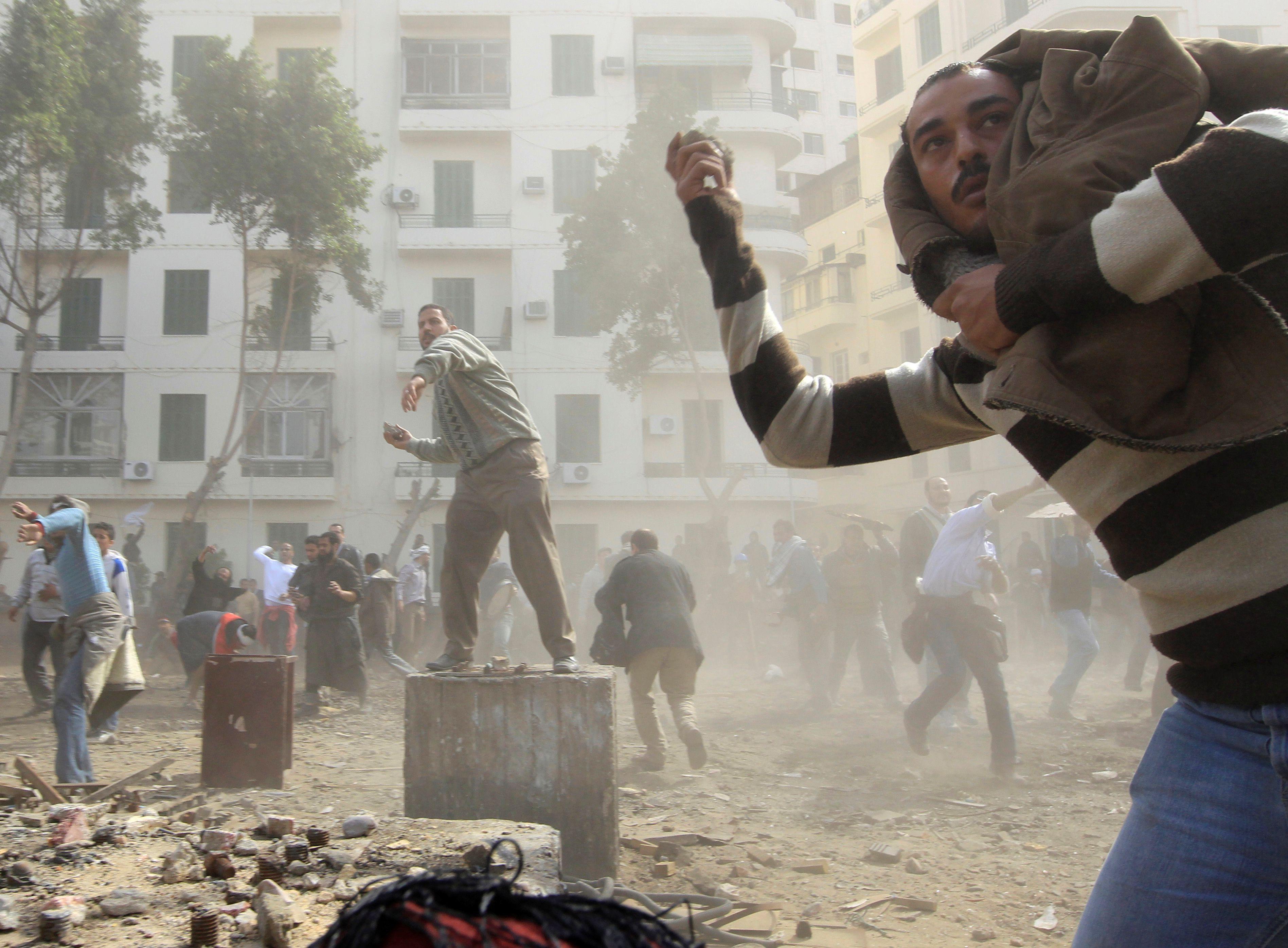 Simpatizantes opositores lanzan piedras a los manifestantes pro-Mubarak en la plaza Tahrir de El Cairo el 3 de febrero de 2011 (REUTERS/Goran Tomasevic/File Photo)