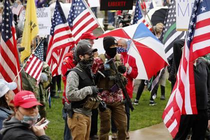 Decenas de manifestantes se movilizaron hasta el capitolio de Michigan armados (AFP)