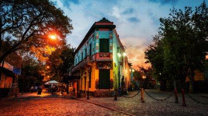En el barrio de La Boca, varios restaurantes especializados en carnes y artistas callejeros rodean Caminito, un callejón estrecho flanqueado por casas de zinc pintadas de vivos colores (Shutterstock)