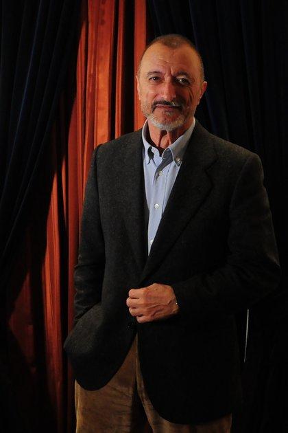 La presencia de Pérez Reverte remite a la de sus personajes literarios