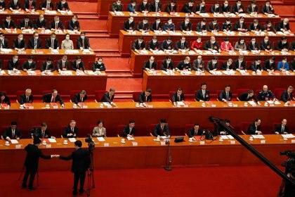 El jefe del régimen chino, Xi Jinping, y otros jerarcas emitieron sus votos en la sesión de clausura de la Asamblea Popular Nacional en el Gran Palacio del Pueblo en Beijing, China, el 11 de marzo de 2021 (Reuters)