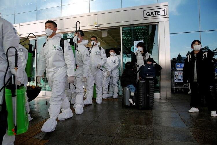 El trabajo de desinfección en el aeropuerto de Daegu, Corea del Sur, el 6 de marzo de 2020 (REUTERS/Kim Kyung-Hoon)