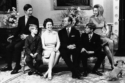 20 de noviembre de 1972, Isabel II y Felipe con su familia en el Palacio de Buckingham, en Londres, con motivo de la boda de plata de la pareja real. De izquierda a derecha en la imagen se muestran: el príncipe Carlos, el príncipe Eduardo, la Reina, el príncipe Felipe, el príncipe Andrés y la princesa Ana