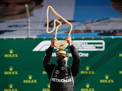 Valtteri Bottas de Mercedes celebra con el trofeo en el podio después de ganar el GP de Austria, en Red Bull Ring, Spielberg, Styria, Austria, el 5 de julio de 2020. Mark Thompson/Pool via REUTERS