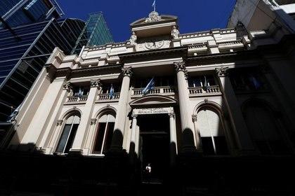 Foto de archivo - Frente de la casa central del Banco Central de la República Argentina (BCRA), en Buenos Aires. Feb 19, 2020. REUTERS/Agustin Marcarian