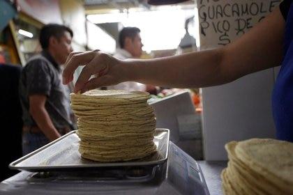 Imagen de archivo de un empleado pesando tortillas recién hechas en una fábrica en Ciudad de México, México. 22 febrero 2019. REUTERS/Daniel Becerril