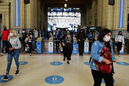 En el Área Metropolitana de Buenos Aires quedó restringida la circulación entre las 20 horas y las seis de la mañana del día siguiente