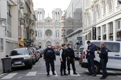 Las fuerzas de seguridad vigilan el área después de un ataque con cuchillo en la iglesia de Notre Dame en Niza, Francia, el 29 de octubre de 2020. REUTERS/Eric Gaillard