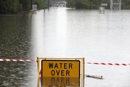 Un cartel cubierto por el agua en Windsor, al noroeste de Sydney. (AP Photo/Rick Rycroft)