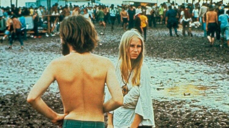 El barro fue protagonista. Los jóvenes se deslizaban desnudos, celebraban la libertad (Shutterstock)