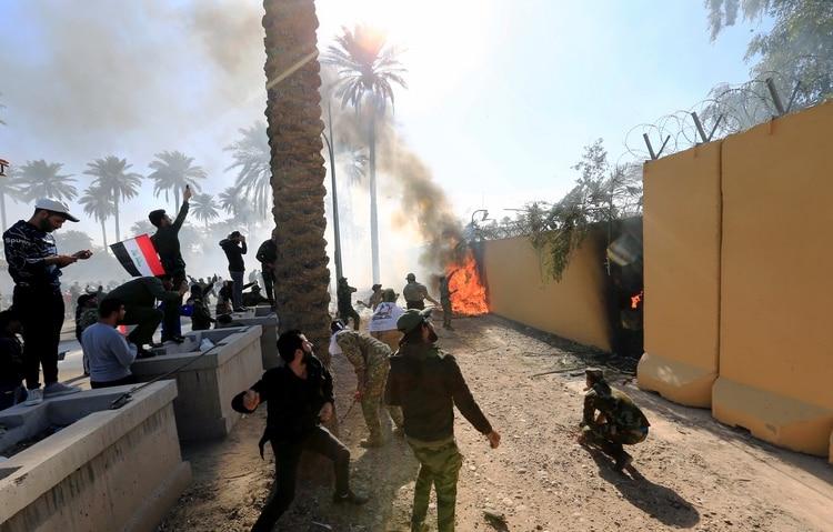 La situación se salió de control cuando un grupo de manifestantes logró atravesar los puestos de control (REUTERS/Thaier al-Sudani)