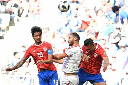 Serbia's defender Branislav Ivanovic (C) vies for the header with Costa Rica's midfielder Bryan Ruiz (L) and Costa Rica's midfielder Celso Borges (R) during the Russia 2018 World Cup Group E football match between Costa Rica and Serbia at the Samara Arena in Samara on June 17, 2018. / AFP PHOTO / EMMANUEL DUNAND / RESTRICTED TO EDITORIAL USE – NO MOBILE PUSH ALERTS/DOWNLOADS