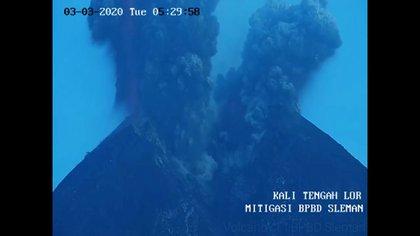 El volcán Merapi en Indonesia, uno de los más activos del mundo, entró en erupción el martes, proyectando una nube de cenizas gigante de una altura de 6.000 metros de altura, que obligó al cierre del aeropuerto, informaron las autoridades.  IMAGES