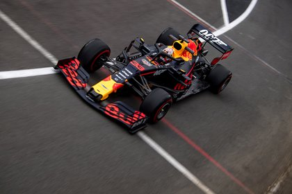 Max Verstappen y su Red Bull después de una parada en boxes (ANDREJ ISAKOVIC / AFP)