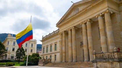 El Gobierno, por medio del Decreto 083 de 2021, ordenó tres días de duelo en honor a más de 50.000 víctimas del covid-19, entre ellas el Ministro de Defensa, Carlos Holmes Trujillo. El pabellón nacional permanece a media asta en la Casa de Nariño.