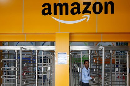 Un empleado de Amazon en un almacén de Bengaluru, India (REUTERS/ Abhishek N. Chinnappa)