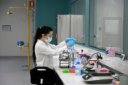 A scientist works at the mAbxience biosimilar monoclonal antibody laboratory plant in Garin, Buenos Aires province, on August 14, 2020, where an experimental coronavirus vaccine will be produced for Latin America. - Argentina will manufacture while Mexico will pack and distribute in Latin America, except of Brazil, the vaccine against COVID-19 developed by the University of Oxford and the AstraZeneca laboratory. (Photo by JUAN MABROMATA / AFP)