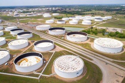 FOTO DE ARCHIVO. Vista de estanques de petróleo en el centro de acopio estadounidense de Cushing, en el estado de Oklahoma. Abril, 2020. REUTERS