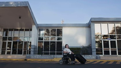 Verónica Martínez tiene 41 y es de La Pampa. Nació con una enfermedad degenerativa que le impide caminar. Amante de los viajes, su discapacidad la impulsó a idear una web que fomenta el turismo accesible (Foto / Gentileza de Fer Godoy Fotografía).
