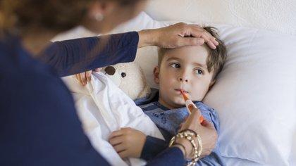 Es importante concurrir al médico para que éste pueda descartar si se trata de una bronquitis o si es una neumonía o una enfermedad más severa (iStock)