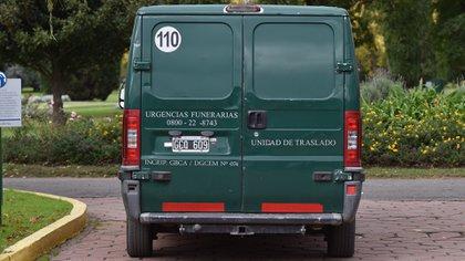 No hubo cortejo fúnebre: en esta camioneta se trasladó el cajón