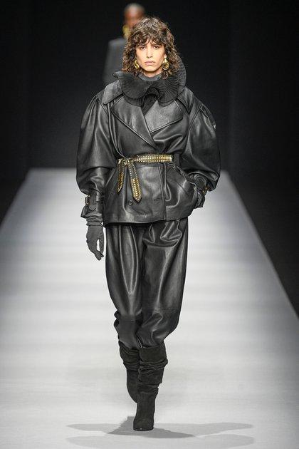 Mica Argañaraz desfilando en el fashion week de Milan para Alberta Ferretti en su show de otoño-invierno 2020 (Shutterstock)