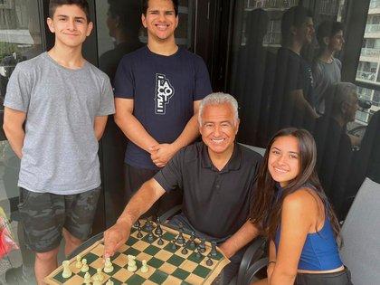 Miguel Angel Quinteros junto a sus hijos: Francisco (16) Santiago (20) y Guadalupe (18).