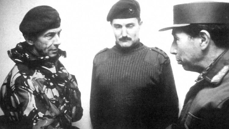 eremy Moore aceptando la rendición del jefe militar argentino en Malvinas, Mario Benjamín Menéndez