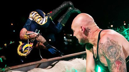 También durante la función del 10 de mayo, Barón Corbin arrojó en combate a Rey Mysterio desde lo que parecía ser el techo del edificio corporativo de WWE (Foto: Twitter/luchalibreonlin)