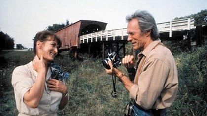 """Clint Eastwood y Meryl Streep en una escena de """"Los puentes de Madison"""", donde él interpretaba a un fotógrafo de National Geographic y ella a una ama de casa casada con un granjero. La historia de amor dura solo cuatro días, pero el film muestra por qué fue un amor para toda la vida (Reuters)"""