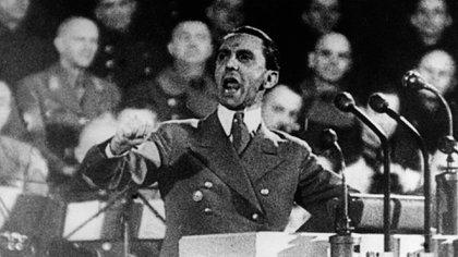 Su obediencia a Hitler era ciega, él también ejercía influencia en el Führer y lograba filtrar sus ideas extremas (Interart/Werner Reib Produktion/Kobal/Shutterstock)