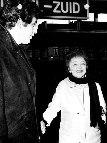 Édith Piaf y Théo Sarapo arriban a Bruselas. (Archivos Belga REUTERS)