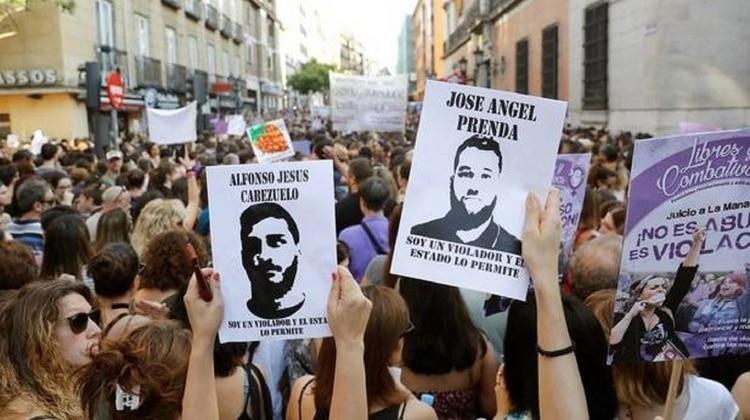 Manifestantes sostienen letreros con los rostros de los condenados en una de las protestas realizadas contra el fallo de la Audiencia de Navarra (Foto: EFE)