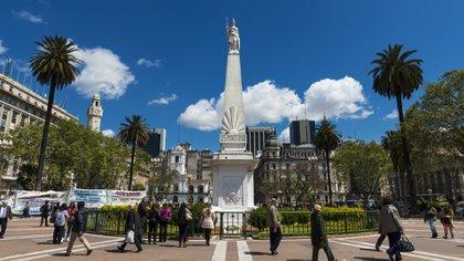 La Plaza de Mayo es uno de los lugares más emblemáticos de la ciudad y es un punto conector con otros sitios claves de la ciudad