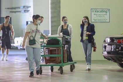 Demi Moore acompañó a su hija Scout Willis estuvieron de compras en Los Ángeles, California. Acompañadas por una asistente, la actriz y la joven decidieron abastecerse de algunos artículos de decoración para su hogar antes de que Los Ángeles restrinja actividades por la pandemia del coronavirus