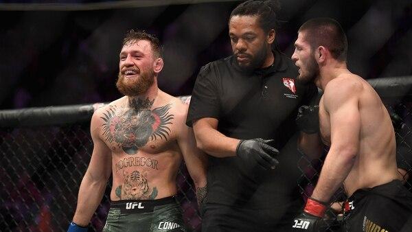 Khabib dominó a McGregor de principio a fin y lo venció con una sumisión (AFP)
