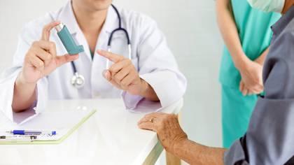 No existe evidencia que demuestre que los tratamientos que se emplean para el mantenimiento del asma empeoren el pronóstico de la enfermedad COVID-19 (Shutterstock)