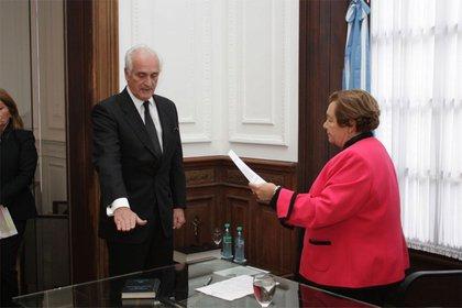 Jura de Cruz en 2015 como miembro titular del primer Tribunal de Enjuiciamiento del Ministerio Público de la Defensa, en representación del Consejo Interuniversitario Nacional.