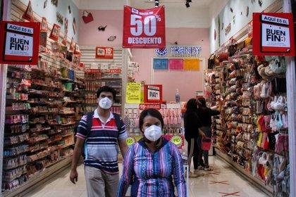 """CIUDAD DE MÉXICO, 10NOVIEMBRE2020.- Poca afluencia se registró en el Centro Histórico de la Ciudad al segundo día de los descuentos del """"Buen Fin"""" que en esta ocasión para evitar aglomeraciones será una duración de dos semanas, debido a las circunstancias """"atípicas"""" provocadas por la pandemia del coronavirus.FOTO: ANDREA MURCIA /CUARTOSCURO.COM"""