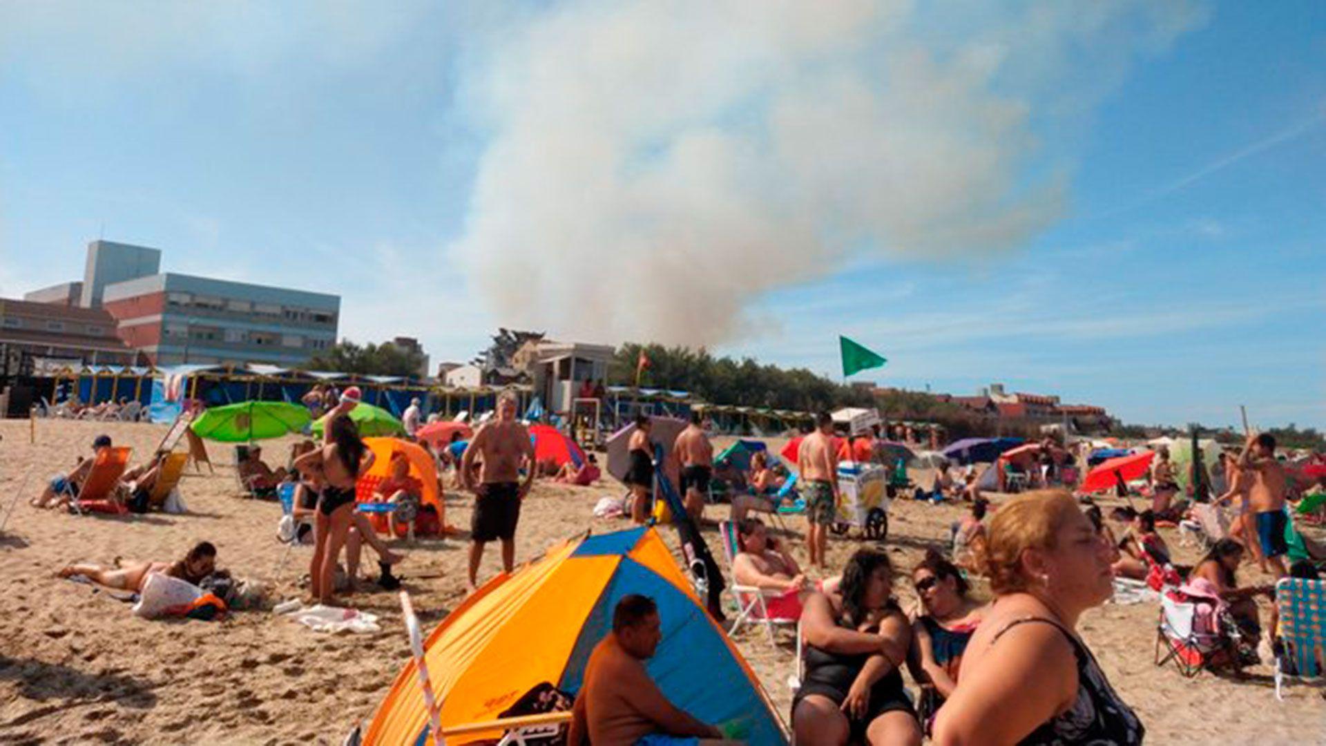 Así se ve el humo desde la playa (@enlamiraradio)