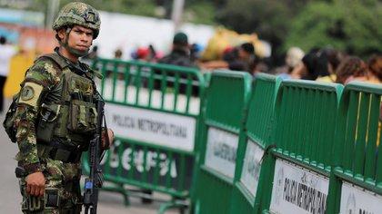 Un miembro del Ejército colombiano observa el paso fronterizo en el puente internacional Simon Bolivar (REUTERS/Luisa Gonzalez)