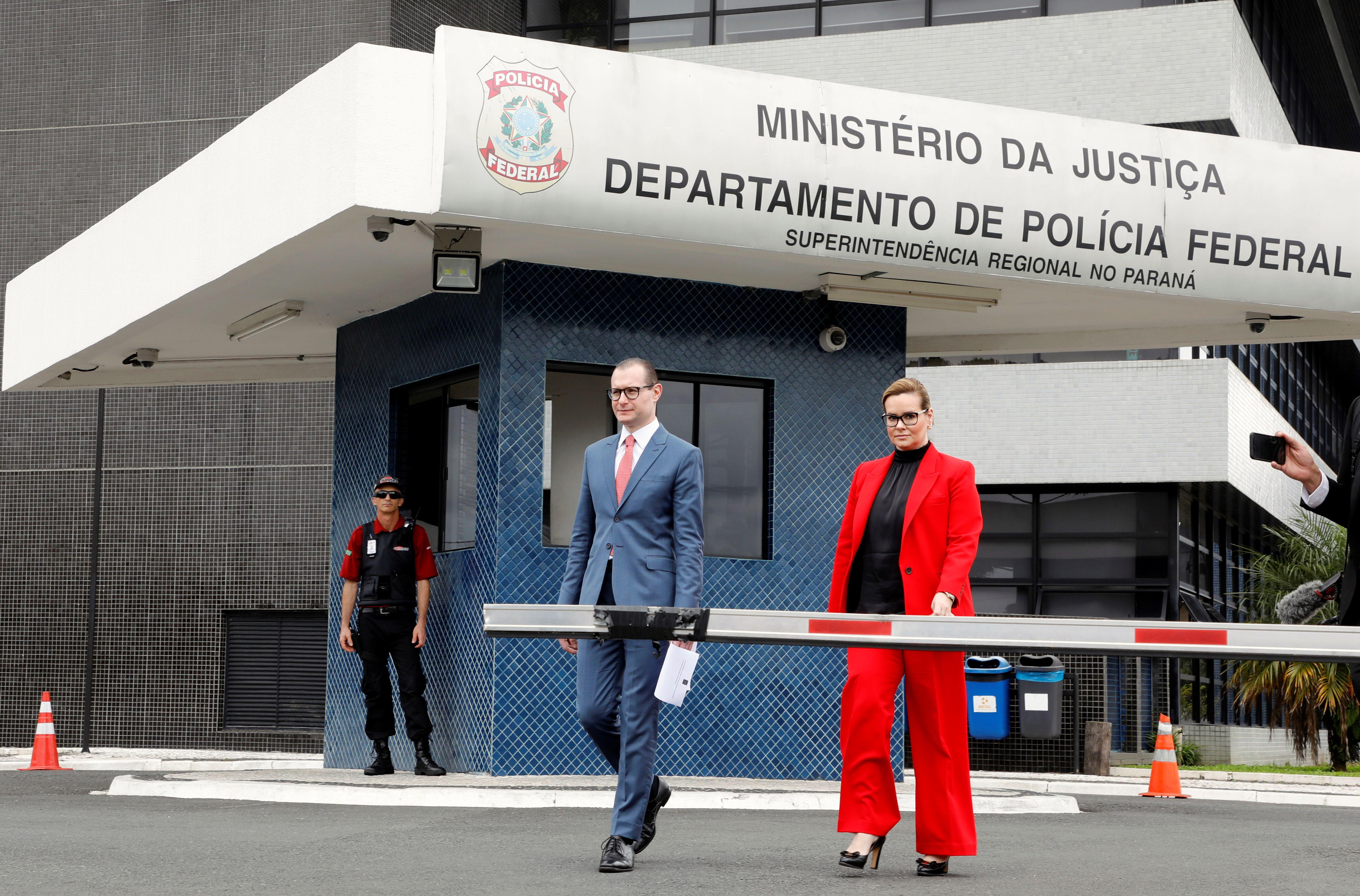 Cristiano Zanin y Valeska T. Martins, abogados defensores de Lula frente a la prisión donde se encuentra el ex mandatario el 8 de noviembre de 2019 (REUTERS/Rodolfo Buhrer)
