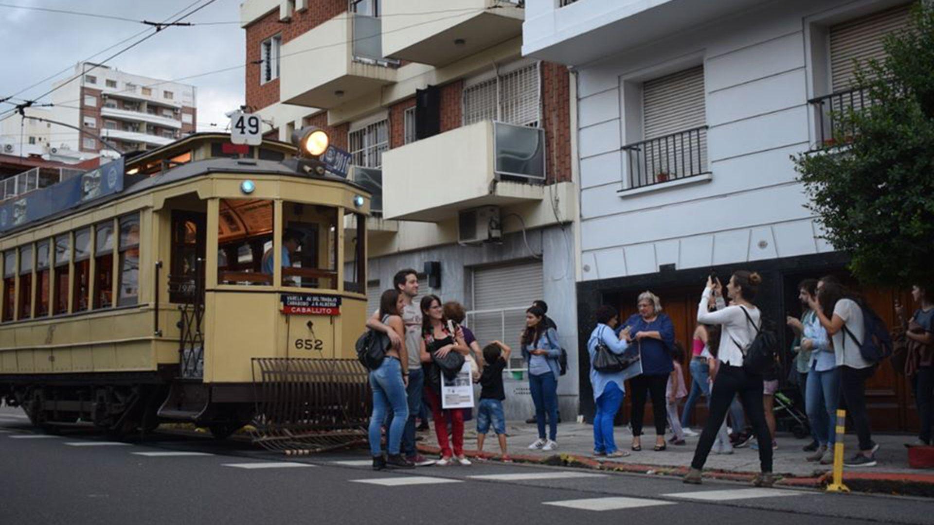 Esta original propuesta combina en sí un museo viviente de tranvías y coches subterráneos históricos que recorren 2 kilómetros del barrio porteño de Caballito (AATyBPFL)