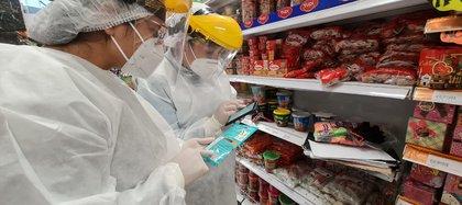 Los equipos de vigilancia sanitaria, revisando el estado de los alimentos en distintos establecimientos comerciales de Bogotá. Foto: Secretaría de Salud de Bogotá.
