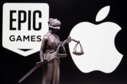 Imagen de archivo ilustrativa de una figura de la Dama de la Justicia hecha en una impresora 3D puesta frente a proyecciones de los logos de Apple y Epic Games tomada el 17 de febrero, 2021. REUTERS/Dado Ruvic/Ilustración/Archivo