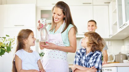 Para cumplir con la recomendación de los dos litros necesarios de agua por día, una opción es aumentar el consumo de infusiones (Shutterstock)