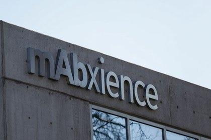 El logo de la compañía biotecnológica argentina mAbxience en la fachada de su edificio en Buenos Aires, encargada de producir parte de la vacuna de Oxford para Latinoamérica junto con México (REUTERS/Agustin Marcarian)
