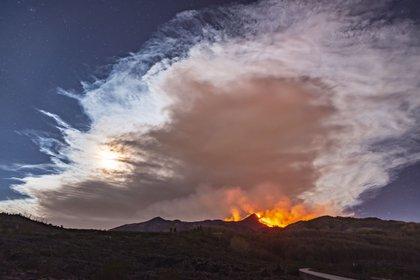 El cielo lleno de humo provocado por la erupción.  (AP/Salvatore Allegra)