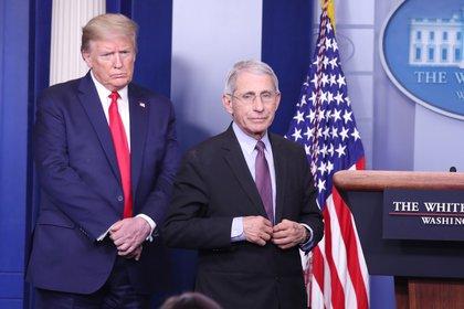 El presidente de EE.UU., Donald Trump, junto a Anthony Fauci. EFE/EPA/MICHAEL REYNOLDS/Archivo