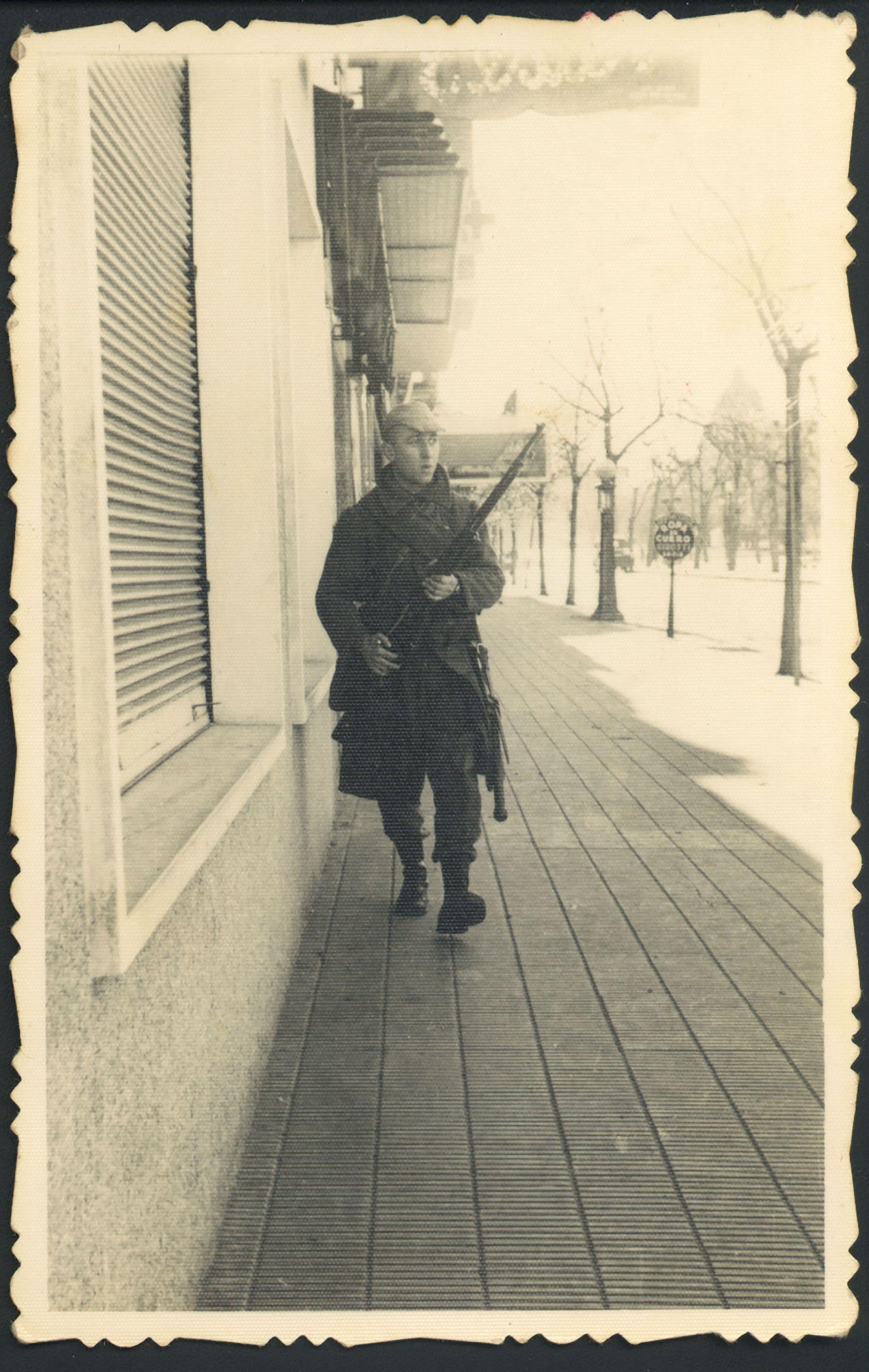 Un soldado durante los acontecimientos del 9 de junio de 1956 en La Plata